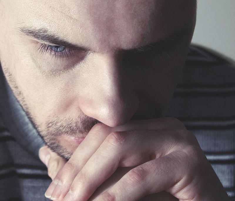 איש צעיר בדיכאון
