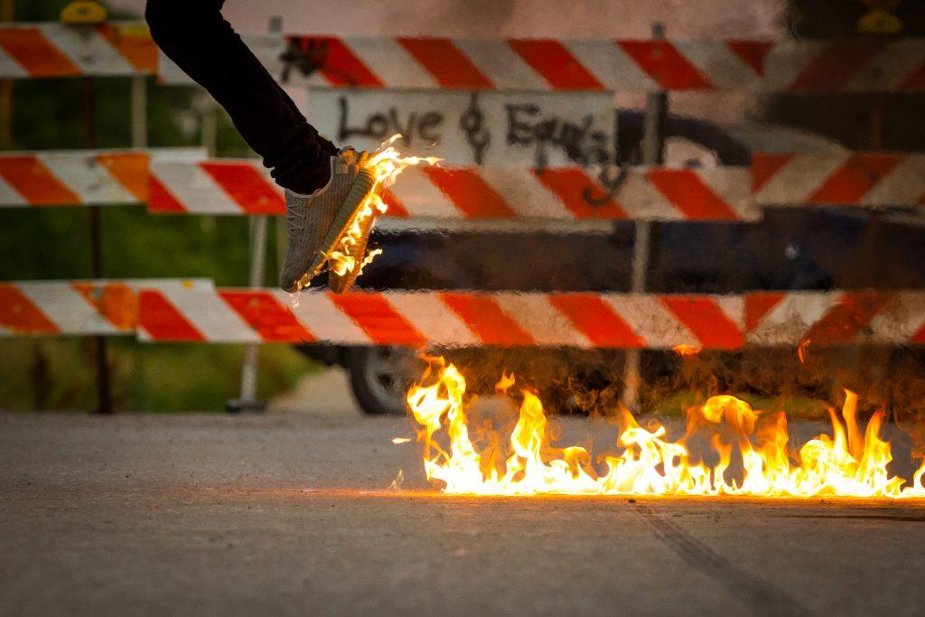 בחור צעיר קופץ מעל אש