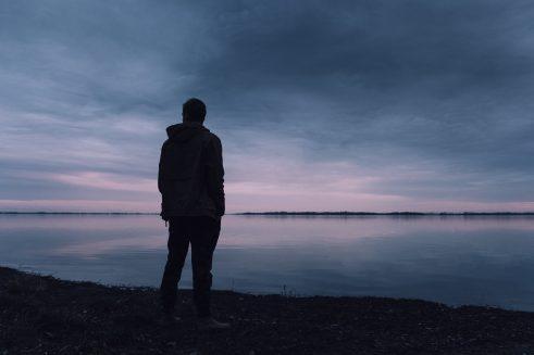 איש עומד לבדו