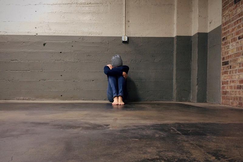 ילד יושב על הרצפה לבד