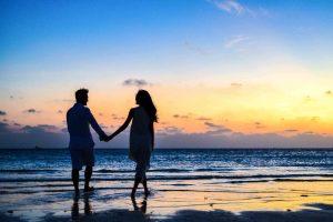 זוג על חוף הים