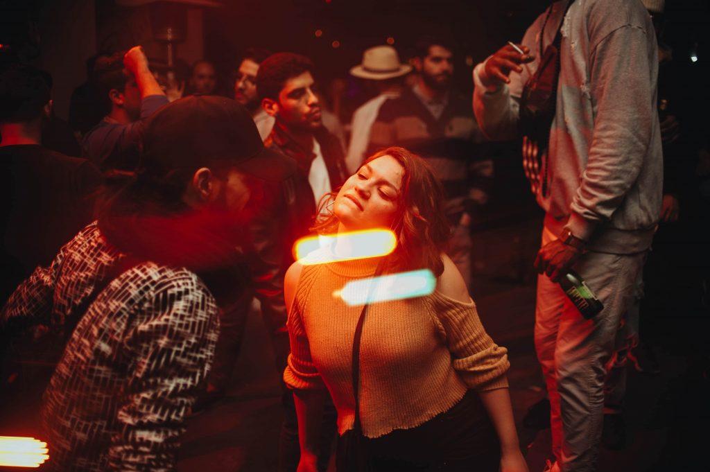 גבר ואישה רוקדים במסיבה. טיפול פסיכולוגי למציאת זוגיות יכול לסייע לתל-אביבים