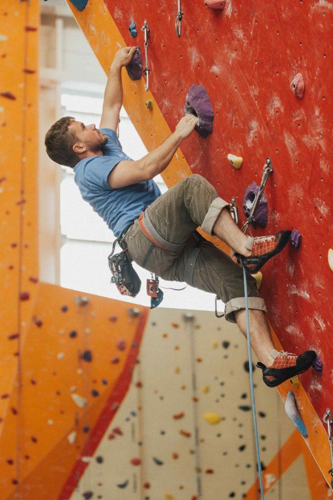 גבר מטפס על קיר כסמל של גבריות