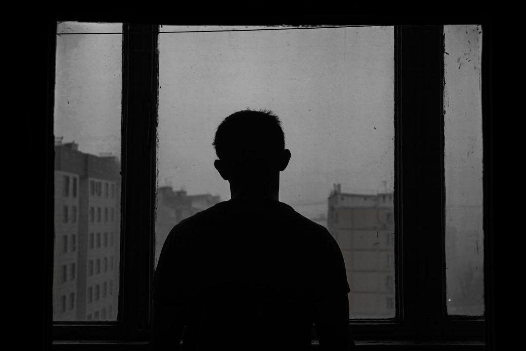 אדם לבד בביתו