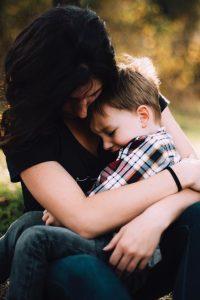 אמא מסייעת לבנה להתמודד עם חרדה